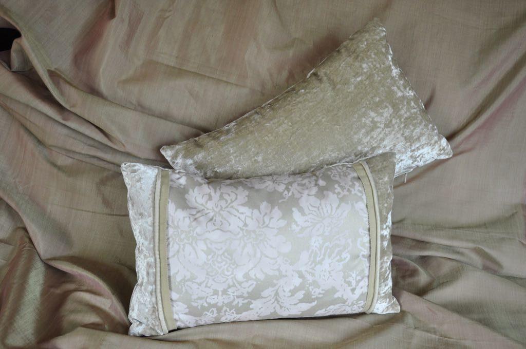 Cojín nº 79 . Tejido veneciano y terciopelo . Cordón y cremallera. Medidas 40x25 cm